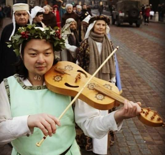 Tan is a member of a choir group that specialises in medieval music using ancient style instruments. In the group, he sings and plays the medieval vielle, which he built.