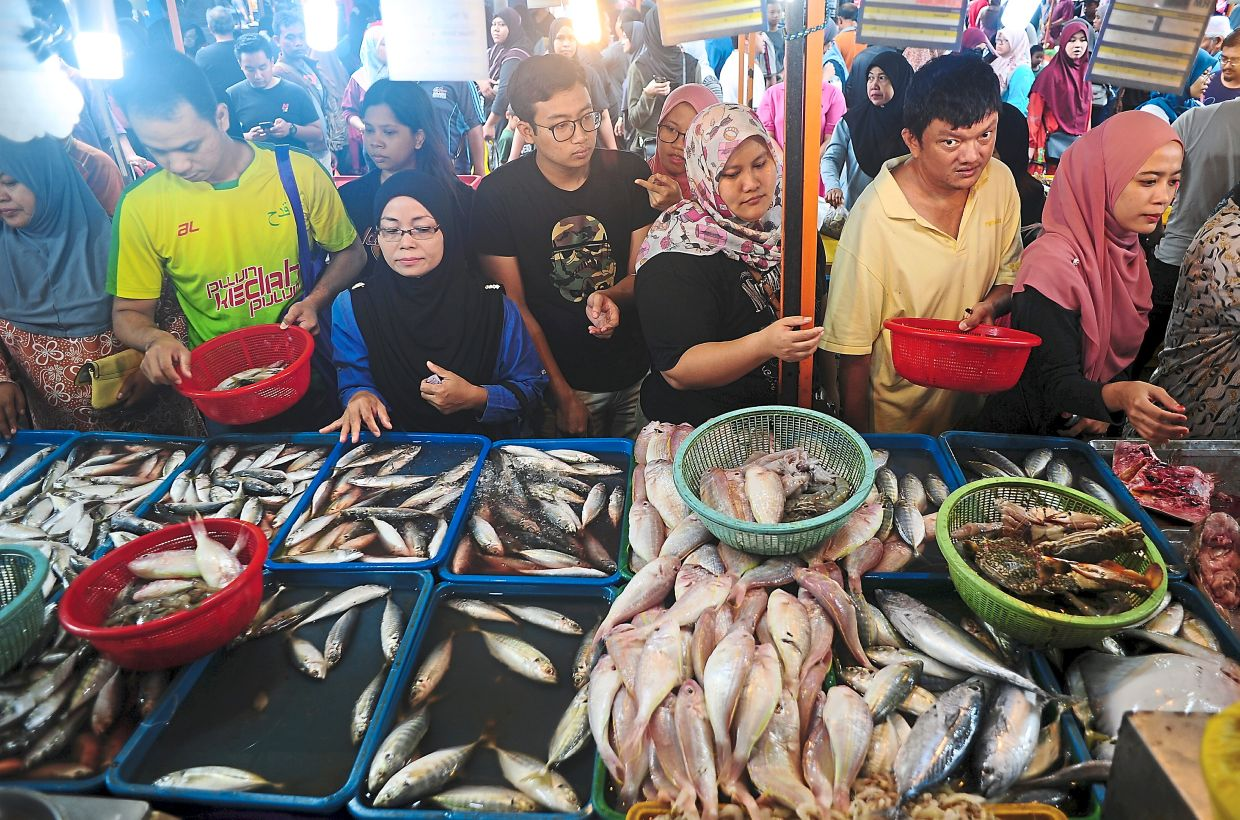 Filepic of customers at a night market in Shah Alam. Night markets are also not permitted for these two weeks.