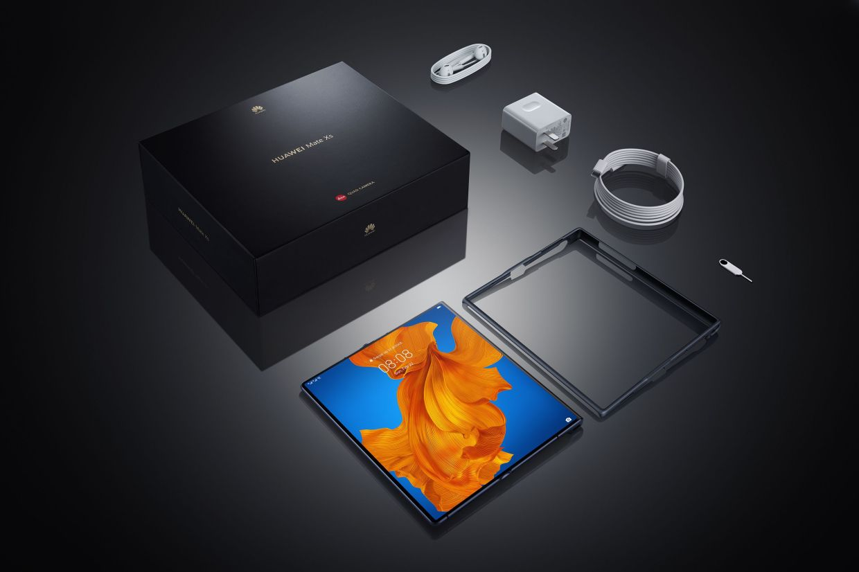 Unpacking the latest on-the-edge device from Huawei, the Mate Xs.