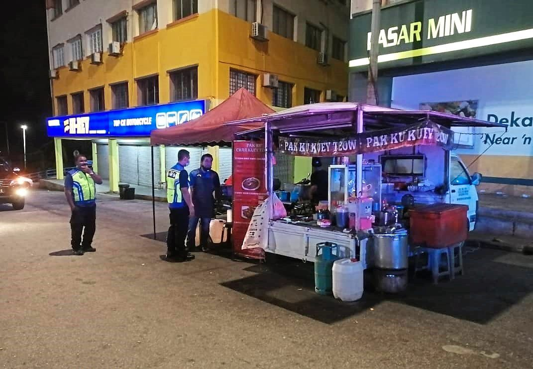 MPAJ officers advising stall operators  to cease business in accordance to the MCO.