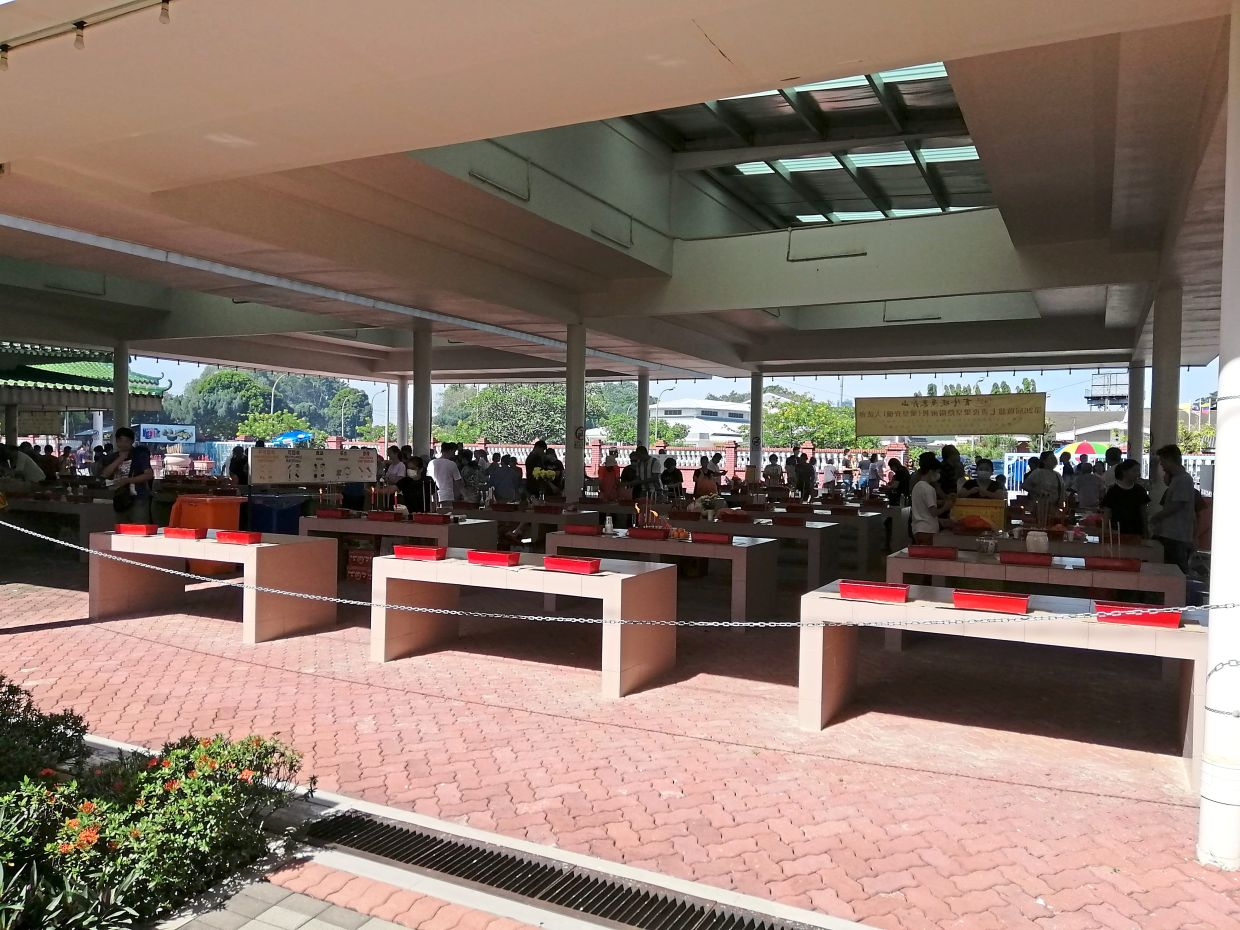 Many had gone to the Kwong Tong Cemetery the weekend before the MCO was announced. — Filepic