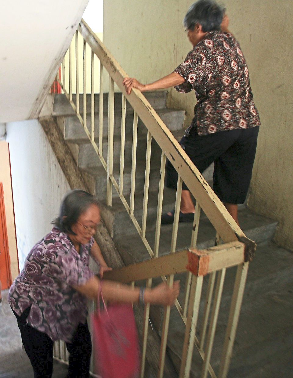 Holding the railing to go up and down stairs is important for many elderly folks to ensure that they do not lose balance. As such, it is important to regular disinfect those railings to ensure that they are virus-free. — Filepic