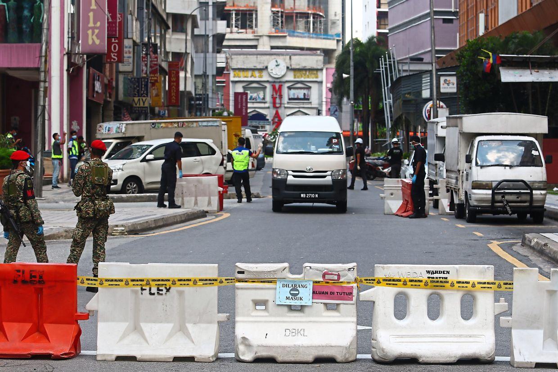 Road block to monitor movement at Menara City One in Jalan Munshi Abdullah.