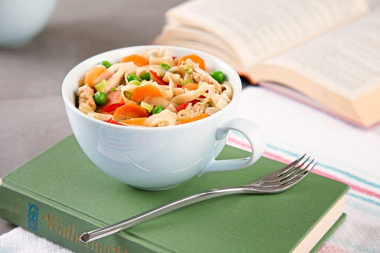 Si vous n'êtes pas habitué à cuisiner, vous pouvez commencer par des repas à une casserole comme ces nouilles au poulet avec des carottes et des pois, qui sont faciles à préparer.
