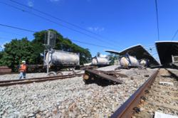 Cargo train from Port Klang to Ipoh derails at Tanjung Malim station