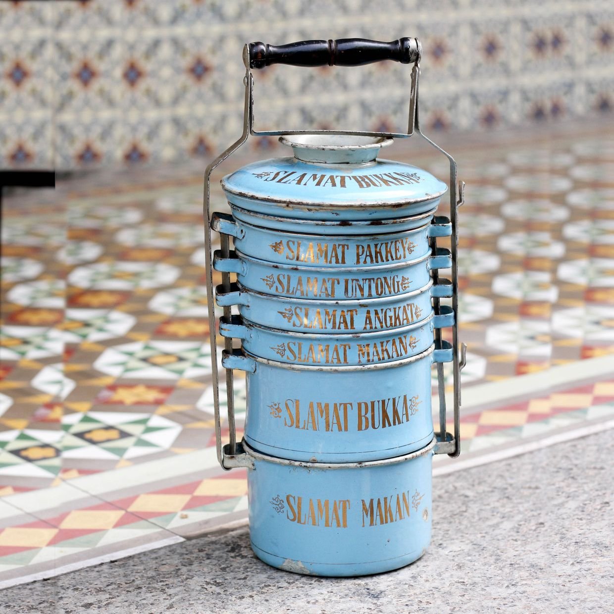 A 1920s enamel tiffin carrier with eight tiers (two are hidden at the top) bearing Peranakan greetings. Note: manufacturing region is unknown. Photo: Umachandran Ramiah