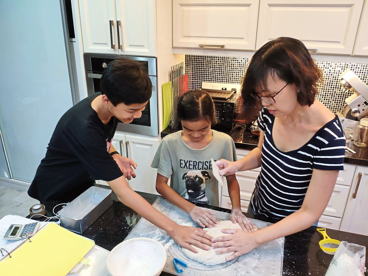 Liew with Jayden and Jenelle enjoying a baking session.