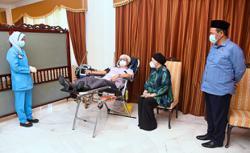 Tuanku Muhriz donates blood at palace
