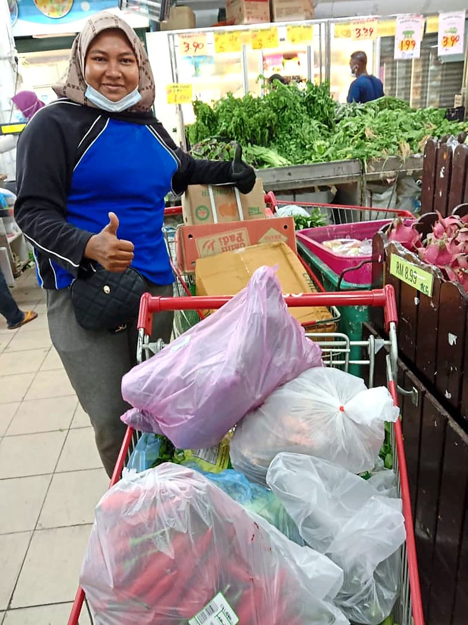 Fira Rahim provides grocery-shopping services to assist many families in Puchong.