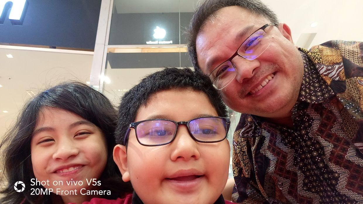 Misha (left) and Mifzal are ever ready to pose for a wefie with their father. Photo: Hasree Khaw