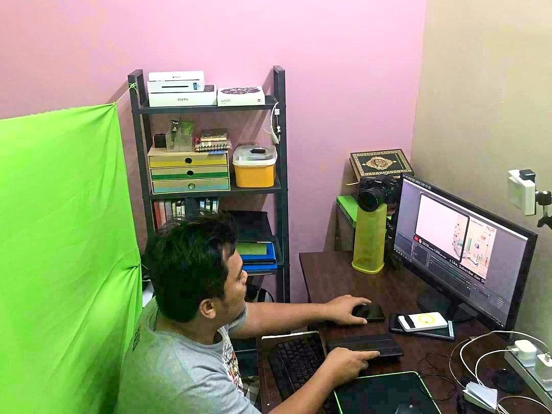 Siti's husband Hafizuddin Dahalan takes over the household chores when she has to go live.