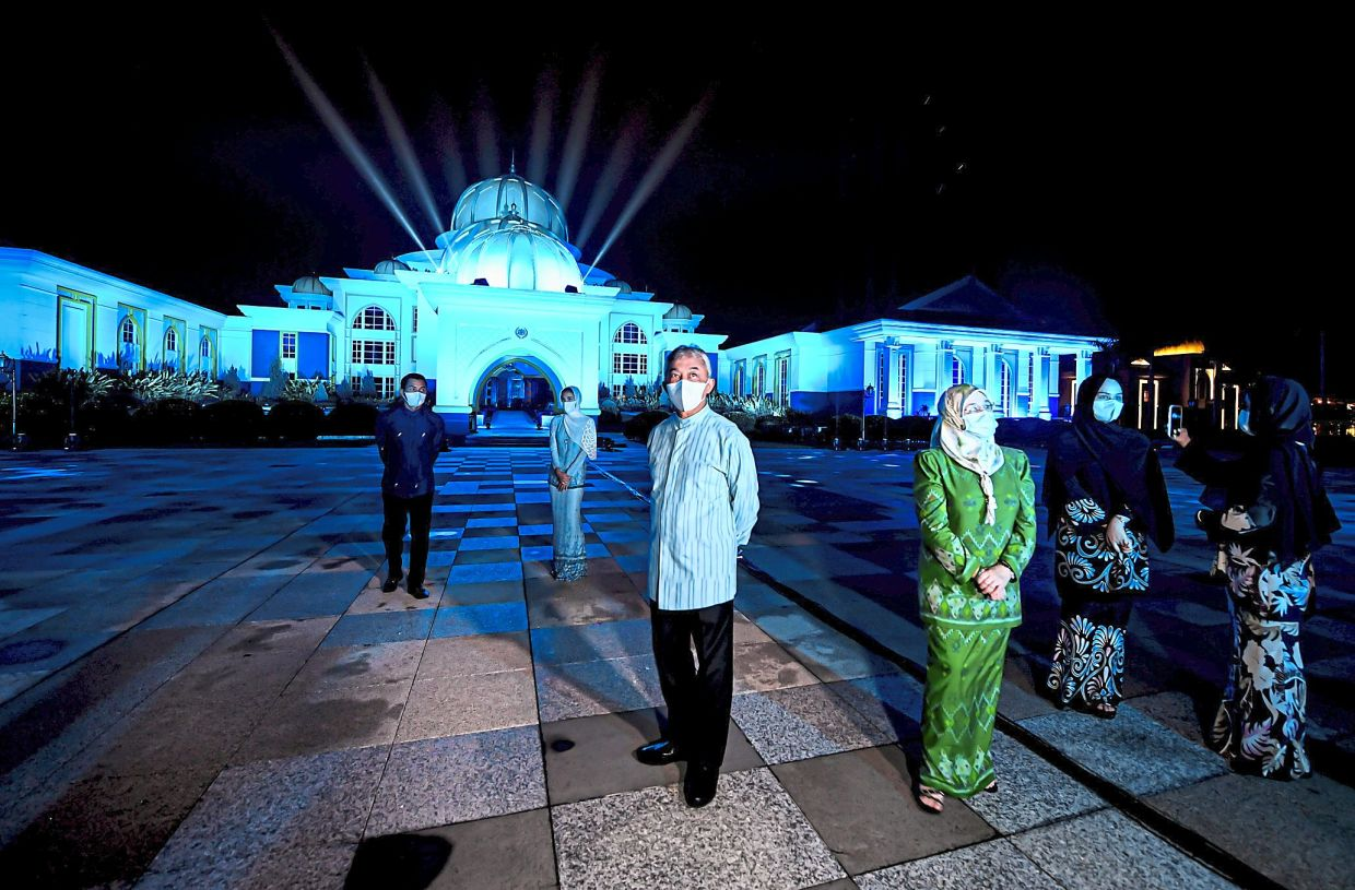 Light It Blue: Sultan Abdullah and Raja Permaisuri Agong Tunku Hajah Azizah Aminah Maimunah Iskandariah (foreground), together with their children, watching the Light It Blue spectacle carried out to honour the frontliners, at Istana Negara. — Bernama.