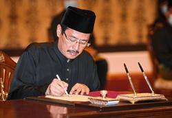 Ti and Azam take oath of office at Istana Negara