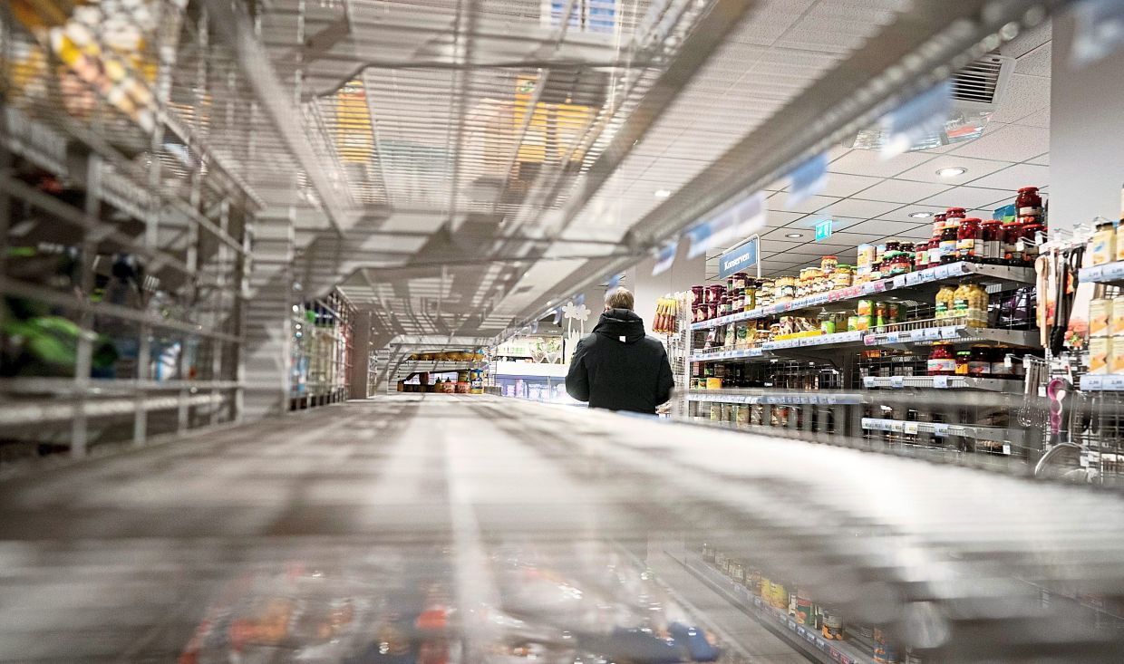 Schedule your trips outdoors: If you can, try to avoid shopping during rush hour and see when supermarkets and pharmacies are empty. Photo: Kay Nietfeld / dpa