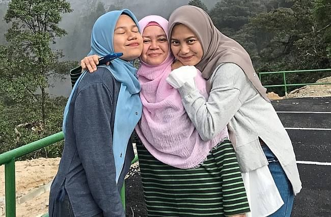 Ainin (right) with mum Mazni (centre) and sister, Nur 'Aina Syaza Yahya during their trip to Cameron Highlands in 2018.