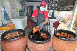 Ramadan bazaar traders lament slow business online