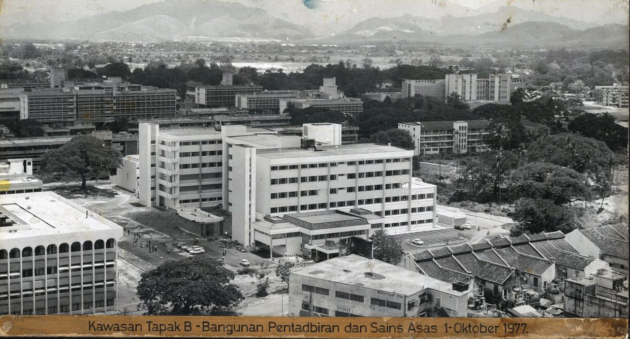 A 1977 photo of the old administrative and basic science building.