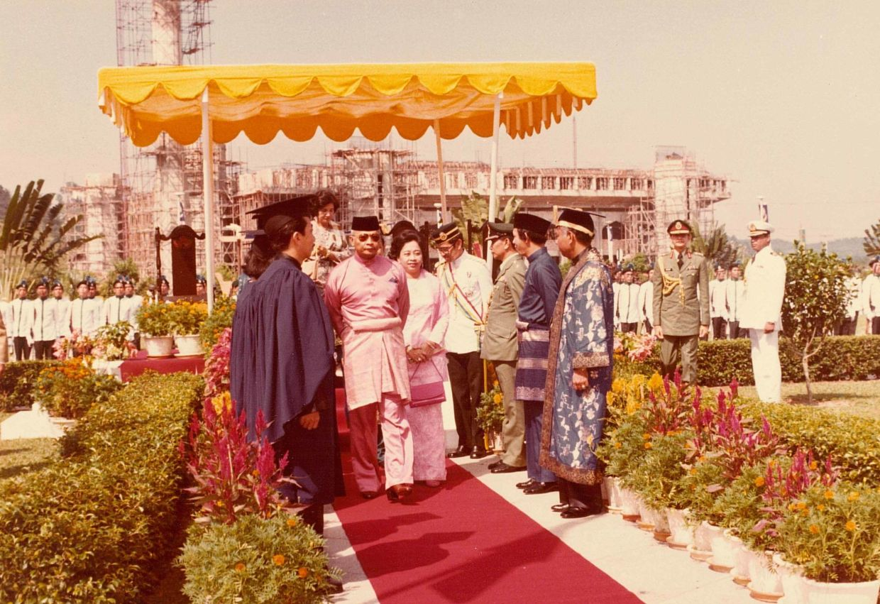 Sultan Ahmad Shah, the Yang di-Pertuan Agong in 1980, arriving to officiate the opening of the main UKM campus in Bangi.