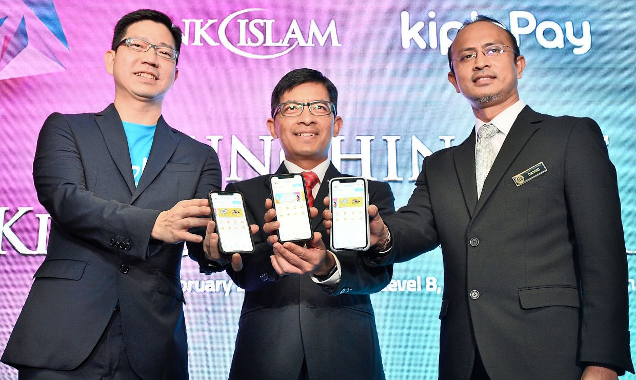 (From left) KiplePay CEo Kay Tan, Bank Islam CEo Mohd Muazzam Mohamed and PTPTn CEo ahmad dasuki abdul Majid at the launch of the KipleUnI programme in February 2020. Working with the country's largest Islamic bank in digitising student loan disbursement and zakat payment reflects the Green Packet's inroads into the local banking scene.