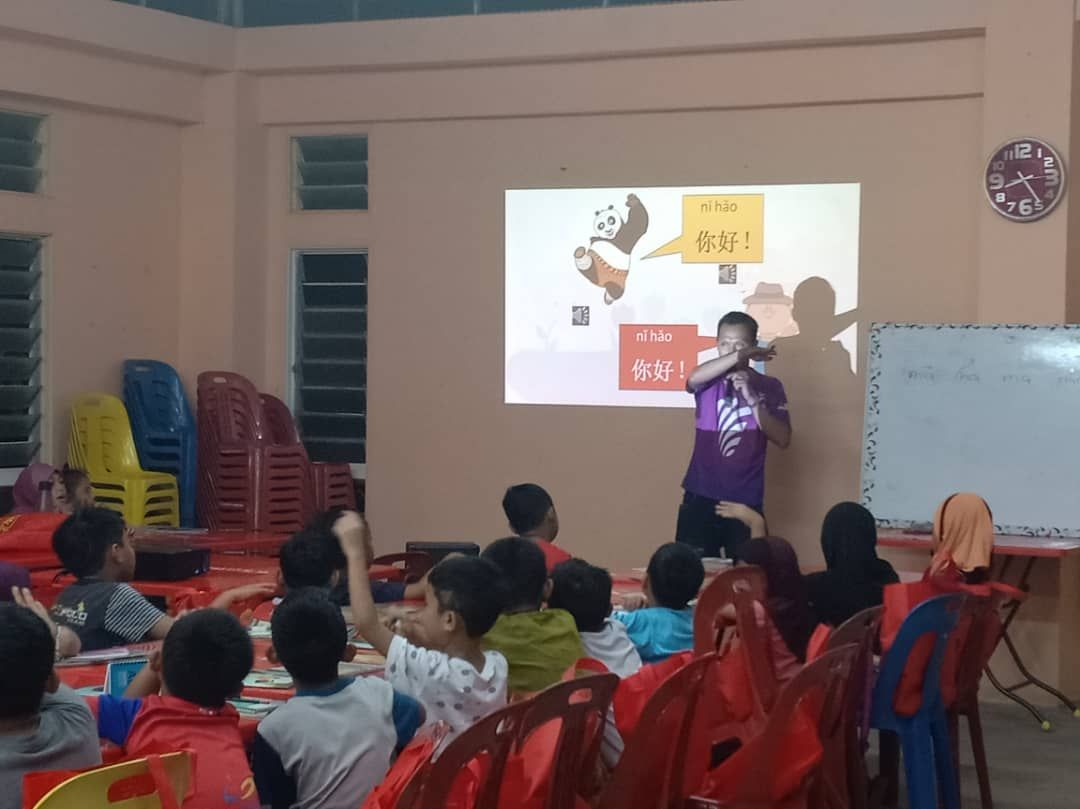 Abdul Muiz utilises fun online learning materials in his Mandarin class.