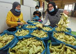 Family sticks to 40-year-old traditional ketupat recipe