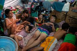In Philippine slums, heat, hunger take a toll under lockdown