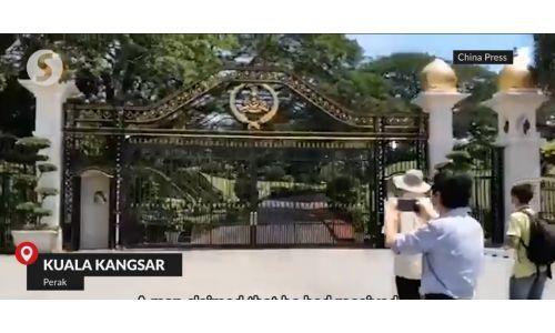 'Summoned' man crashes into palace compound