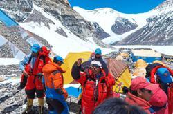 Surveyors resume Everest climb