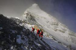 Chinese team summits Everest amid bid to remeasure peak