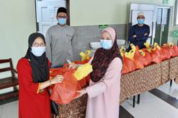 Mosque hands out aid for poor to celebrate Raya
