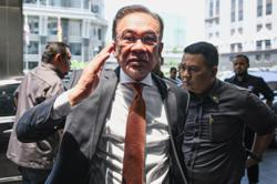 Anwar tears at 'traitor' who said he would defend Dr M, but backstabbed him instead