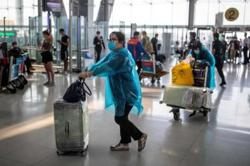 20 Thais back from UK have high fever, rushed to hospital