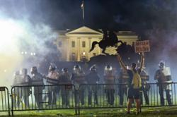 US race riots: Clashes outside White House as US cities under curfew