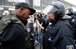 Hamburg police use pepper spray as protests turn ugly