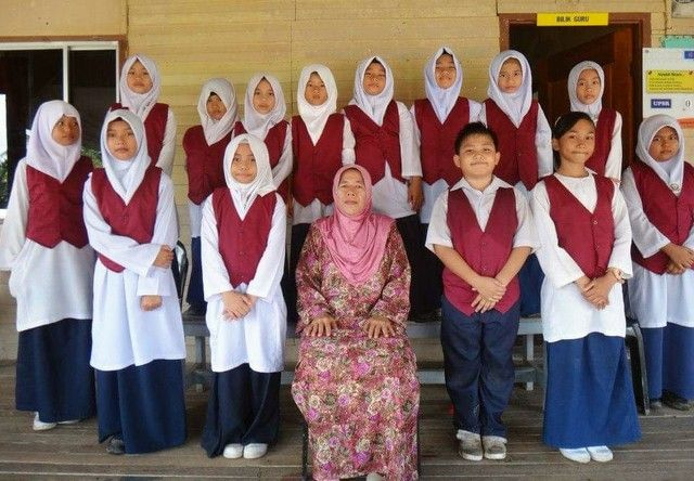 Veveonah (front row, second from right), and fellow prefects in SK Pekan Pitas.