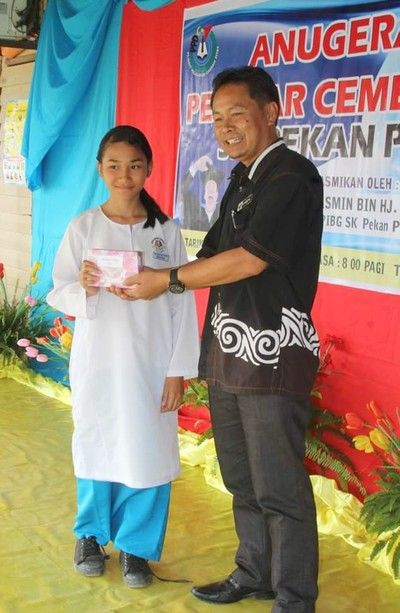 Veveonah receiving an excellence performance award after her UPSR.