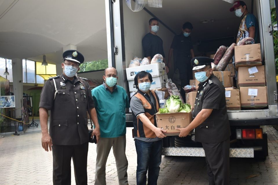Malaysian Quarantine and Inspection Services Department (Maqis) officers handing over donated animal feed to Zoo Negara. (From left) Maqis inspection and enforcement division director Dr Azhari Sharidan Abu Bakar; Zoo Negara director of zoology, veterinary and Giant Panda Conservation Centre Dr Mat Naim Ramli; Rosly and Maqis director-general Saiful Yazan Alwi. — Handout
