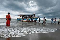Indonesians rescue stranded Rohingya
