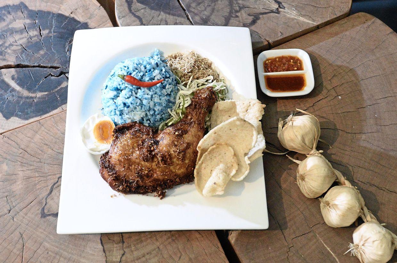 Nasi Kerabu Ayam Goreng Berempah.