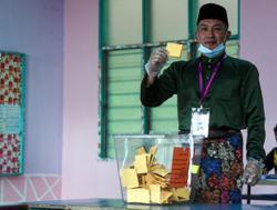 Chini polls: BN candidate Mohd Sharim votes at Felda Chini 3
