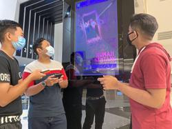 Ex-schoolmates with shared interest reunite at the movies