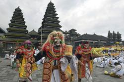 Bali holds mass prayers for reopening