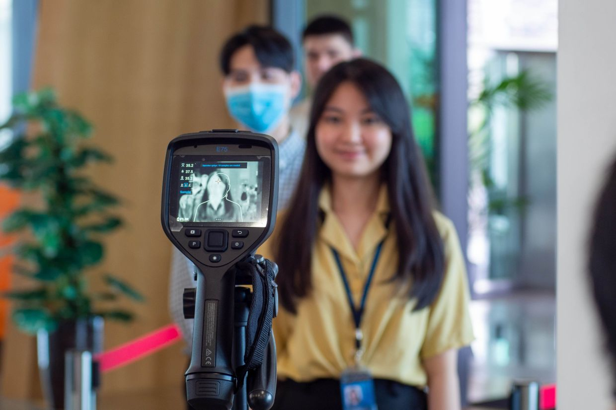 Thermal scanners have been set up on the APU campus to screen students and staff members' temperature. High-tech devices are deployed on the APU grounds to ensure a safe campus environment.