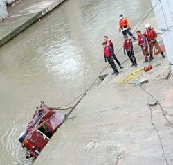 Driver escapes after car plunges into Gombak River