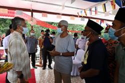 King surprises flood victims in Lipis