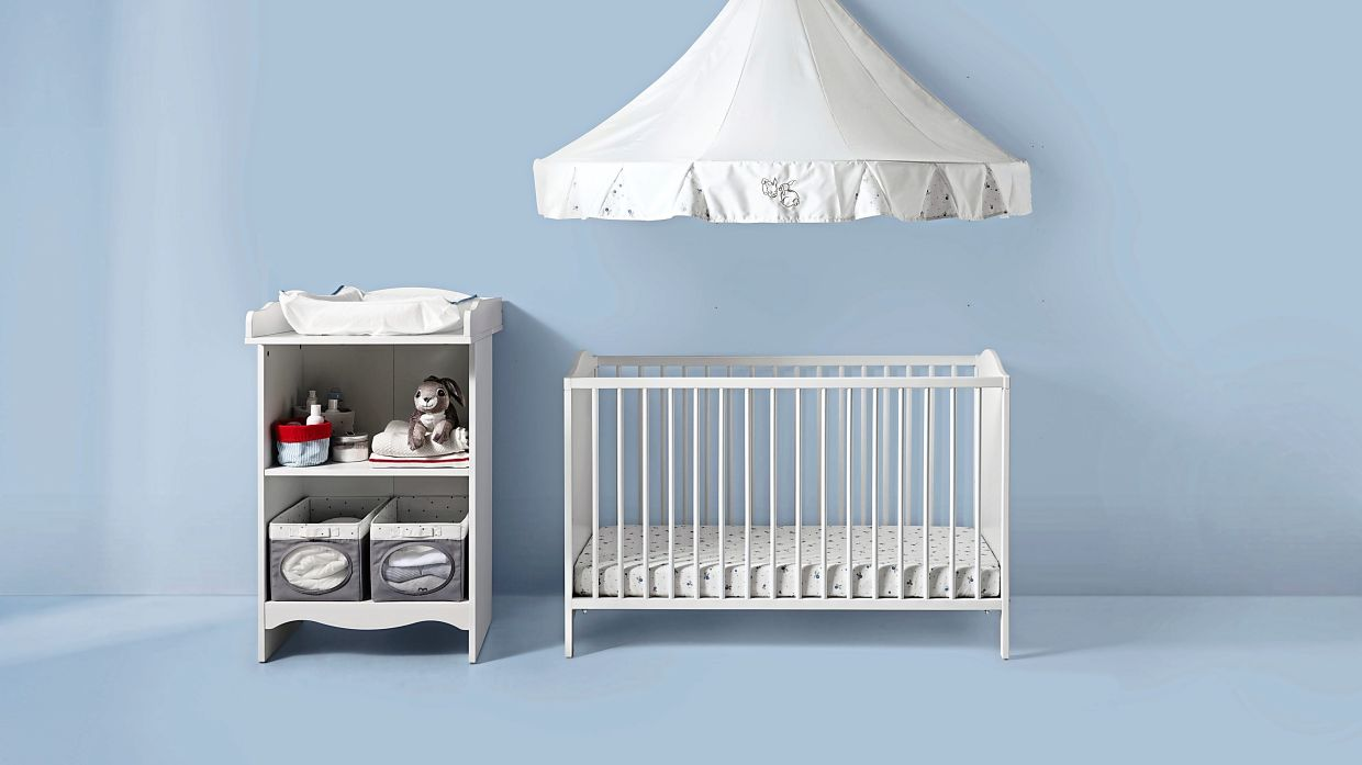 Recommended for ages zero to three, the SMAGORA cot can be placed at two different heights and paired with the SMAGORA changing table.