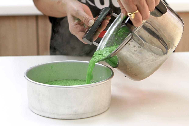 Pour the agar-agar mixture into a tray.