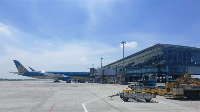 Aircrafts in front of the Noi Bai international terminal in Hanoi in mid-July. - Vietnam News