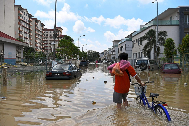 Taman Kristal in Dengkil was inundated after heavy rain on Sunday morning led coveto flash floods. -Bernama