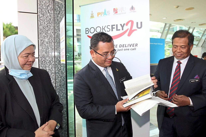 Amirudin, flanked by PPAS director Mastura Muhamad (left) and Selangor state secretary Datuk Mohd Amin Ahmad Ahya, at the launch of the BooksFly2U service in Shah Alam. — KK SHAM/The Star